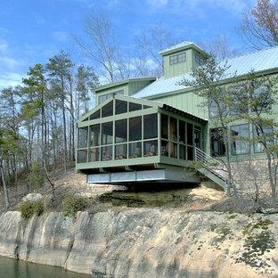 Idee per la facciata di una casa verde rustica a due piani