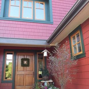 Diseño de fachada de casa roja, campestre, de tamaño medio, de dos plantas, con revestimiento de madera y tejado a dos aguas