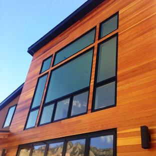 Foto de fachada de casa marrón, tradicional renovada, extra grande, de dos plantas, con revestimientos combinados