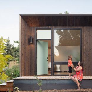 Idee per la facciata di un appartamento piccolo marrone moderno a un piano con rivestimento in legno, tetto piano e copertura mista