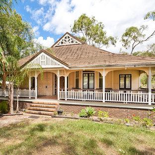 ブリスベンのヴィクトリアン調のおしゃれな家の外観の写真