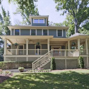 Cette photo montre une grand façade de maison verte craftsman à trois étages et plus avec un toit à deux pans et un toit en shingle.