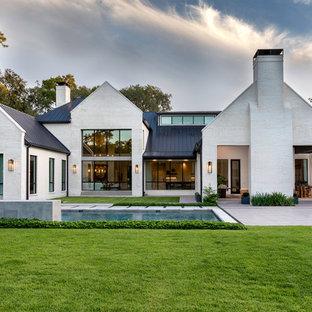Inspiration för klassiska vita hus, med två våningar, tegel och sadeltak