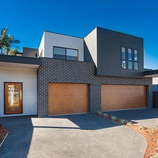 Свежая идея для дизайна: двухэтажный, черный дуплекс в современном стиле с комбинированной облицовкой и плоской крышей - отличное фото интерьера