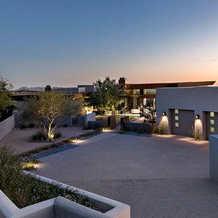 フェニックスのモダンスタイルのおしゃれな家の外観 (アドベサイディング) の写真