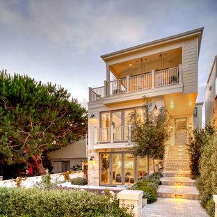 Inspiration för ett maritimt beige hus, med tre eller fler plan