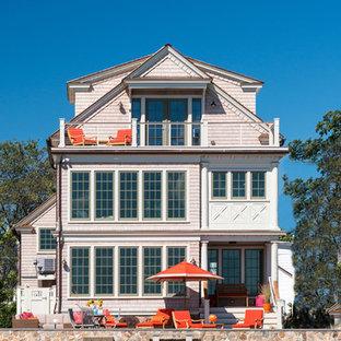 Идея дизайна: трехэтажный, деревянный, розовый дом среднего размера в морском стиле