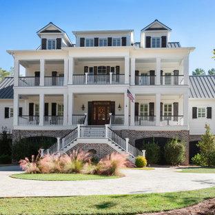 他の地域の巨大なトラディショナルスタイルのおしゃれな家の外観 (コンクリート繊維板サイディング) の写真