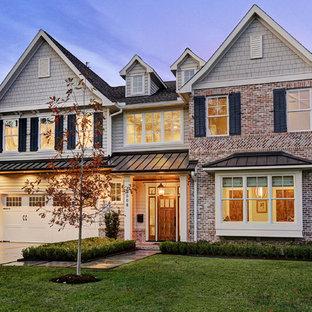 Inspiration för ett vintage flerfärgat hus, med två våningar, blandad fasad, sadeltak och tak i mixade material