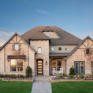 Idée de décoration pour une très grand façade de maison rouge sud-ouest américain à deux étages et plus avec un toit à deux pans et un toit en shingle.