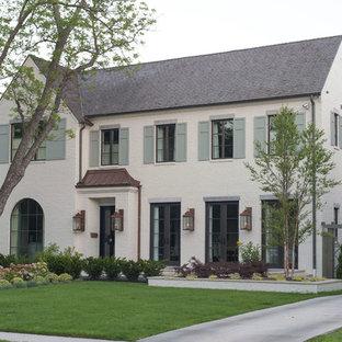 Idéer för att renovera ett stort vintage vitt hus, med två våningar, tegel, sadeltak och tak med takplattor