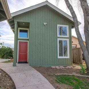 サンフランシスコのおしゃれな家の外観 (木材サイディング、緑の外壁、アパート・マンション、板屋根、切妻屋根) の写真