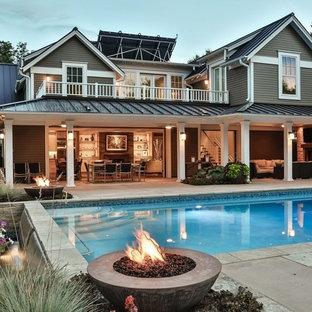 Idee per la facciata di una casa ampia grigia classica a due piani con tetto a padiglione e rivestimento in legno