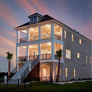Diseño de fachada de casa marrón, marinera, grande, de tres plantas, con revestimiento de ladrillo y tejado de teja de madera