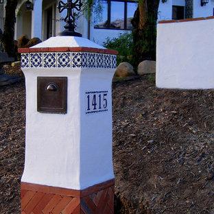 Ejemplo de fachada de casa blanca, mediterránea, pequeña, de una planta, con revestimiento de estuco, tejado a la holandesa y tejado de teja de barro