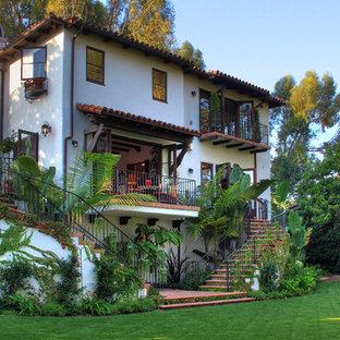 Zweistöckiges, Mittelgroßes Mediterranes Haus in Los Angeles