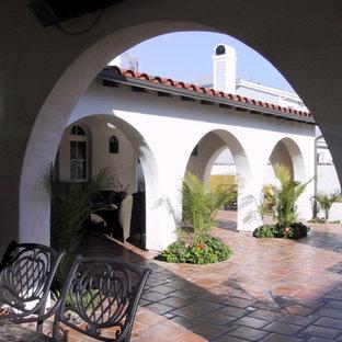 Cette photo montre une très grande façade de maison blanche montagne à un étage avec un revêtement en stuc et un toit à deux pans.