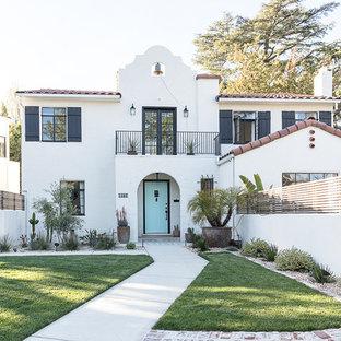 Источник вдохновения для домашнего уюта: двухэтажный, белый частный загородный дом в средиземноморском стиле с черепичной крышей и двускатной крышей