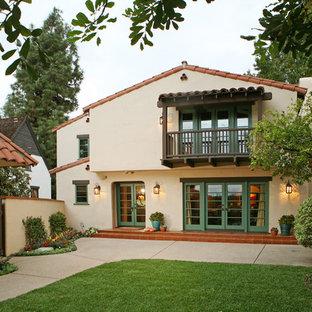 ロサンゼルスの地中海スタイルのおしゃれな二階建ての家の写真