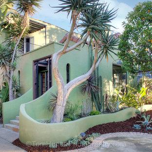 ロサンゼルスの中くらいのエクレクティックスタイルのおしゃれな二階建ての家 (コンクリートサイディング、緑の外壁) の写真