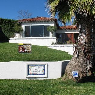 ロサンゼルスのコンテンポラリースタイルのおしゃれな家の外観 (漆喰サイディング、半切妻屋根) の写真