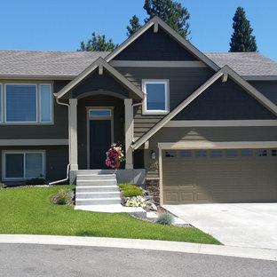 Foto på ett amerikanskt hus i flera nivåer, med blandad fasad