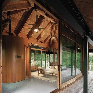 Imagen de fachada campestre con revestimiento de vidrio