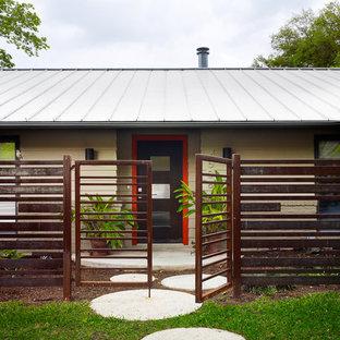 Modelo de fachada minimalista con revestimiento de metal