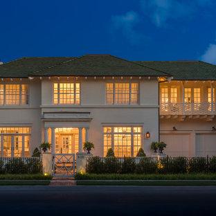 Diseño de fachada de casa blanca, bohemia, de tamaño medio, de dos plantas, con revestimiento de ladrillo, tejado a cuatro aguas y tejado de teja de madera