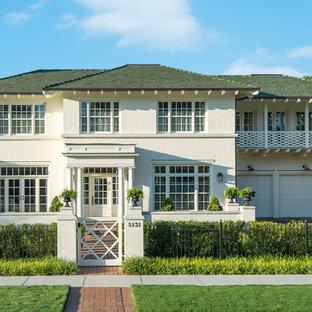 Foto de fachada de casa blanca, bohemia, de tamaño medio, de dos plantas, con revestimiento de ladrillo, tejado a cuatro aguas y tejado de teja de madera