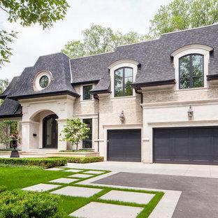 Diseño de fachada de casa beige, tradicional renovada, grande, de dos plantas, con revestimiento de piedra, tejado a cuatro aguas y tejado de teja de madera
