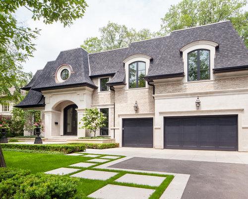 Große zweistöckige beigefarbene klassische einfamilienhäuser mit