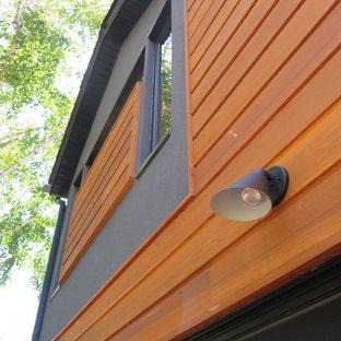 Свежая идея для дизайна: деревянный, двухэтажный, серый дом среднего размера в стиле модернизм с двускатной крышей - отличное фото интерьера