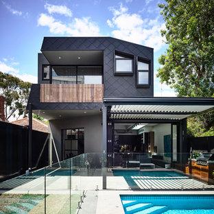 Inspiration för stora moderna grå hus, med två våningar, platt tak och metallfasad