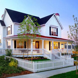 デンバーのカントリー風おしゃれな家の外観 (木材サイディング、混合材屋根、赤い屋根) の写真