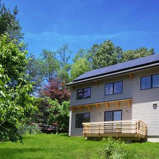 他の地域の中くらいのトランジショナルスタイルのおしゃれな家の外観 (グレーの外壁、デュープレックス、木材サイディング) の写真