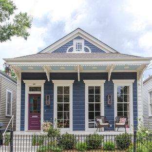 Неиссякаемый источник вдохновения для домашнего уюта: деревянный, синий, маленький, одноэтажный частный загородный дом в стиле современная классика с мансардной крышей и крышей из гибкой черепицы