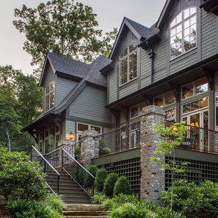Идея дизайна: двухэтажный, зеленый дом среднего размера в стиле кантри с комбинированной облицовкой и вальмовой крышей