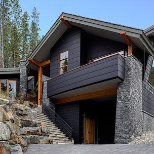 Immagine della facciata di una casa nera contemporanea a due piani