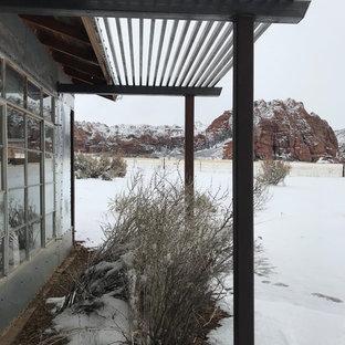 Imagen de fachada de casa bohemia con revestimiento de metal, tejado a dos aguas y tejado de metal