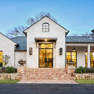 Inspiration för ett mellanstort funkis beige hus, med tak i shingel, allt i ett plan, stuckatur och valmat tak