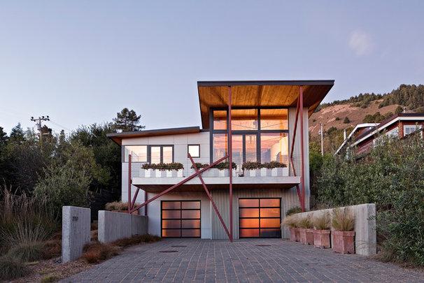 Beach Style Exterior by WA design