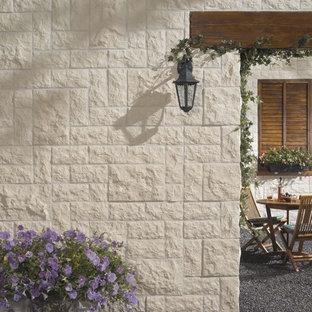 Mittelgroßes, Weißes, Zweistöckiges Mediterranes Haus mit Steinfassade in New York