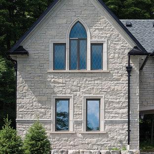 Immagine della facciata di una casa ampia vittoriana a due piani con rivestimento in pietra