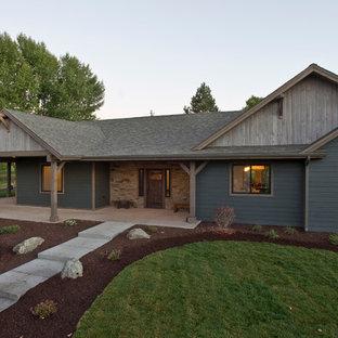 Imagen de fachada verde, de estilo de casa de campo, de tamaño medio, de una planta, con revestimientos combinados y tejado a dos aguas