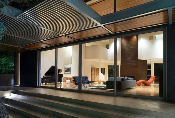 Modern Exterior by Four Corners Construction, L.P.