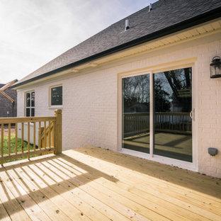 Exemple d'une petit façade de maison blanche nature à un étage et en briques peintes avec un toit en shingle.