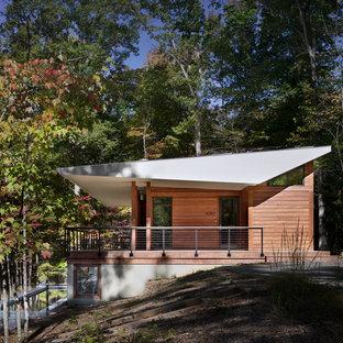 リッチモンドのコンテンポラリースタイルのおしゃれな家の外観 (木材サイディング、片流れ屋根、茶色い外壁) の写真