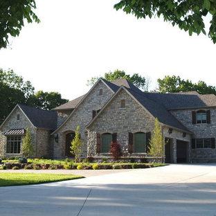 Cette image montre une grand façade de maison multicolore traditionnelle à un étage avec un toit mixte.