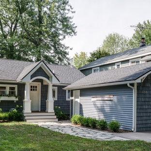 Réalisation d'une façade de maison bleue marine de plain-pied avec un toit à deux pans et un toit en shingle.
